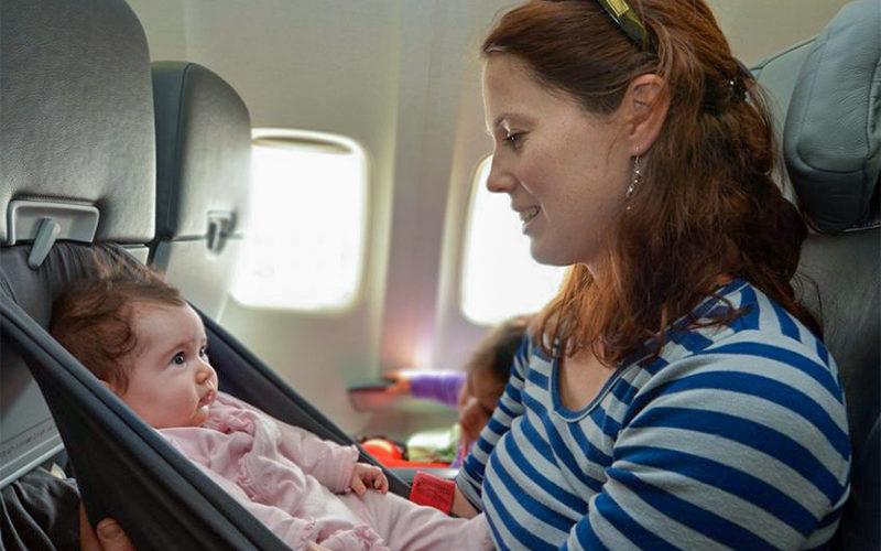 Comment voyager en avion avec un bébé ?